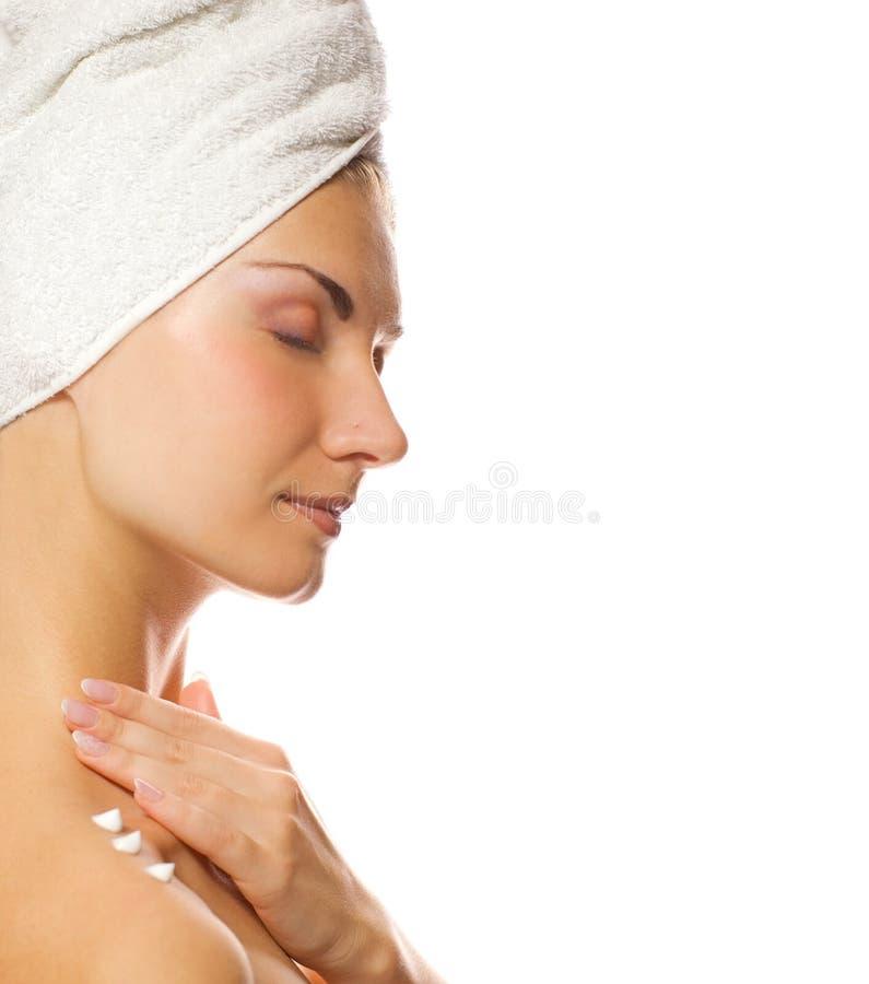 Senhora que aplica o moisturizer imagens de stock