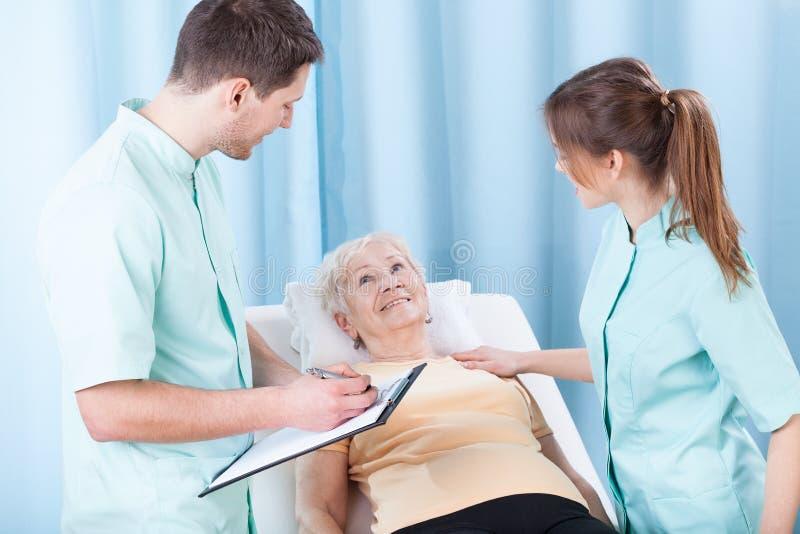 Senhora que encontra-se na cama de hospital fotos de stock royalty free
