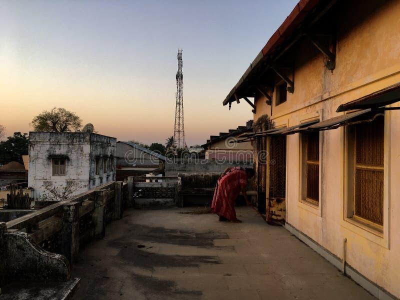 senhora que faz tarefas da manhã no kukadia da casa perto da ÍNDIA de gujarat do sabarkantha de IDAR imagem de stock royalty free