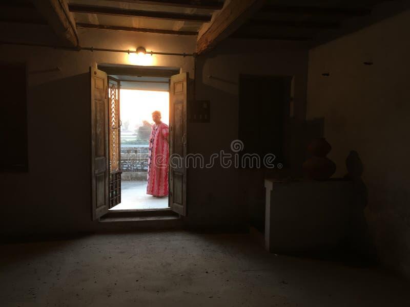 senhora que faz tarefas da manhã no kukadia da casa perto da ÍNDIA de gujarat do sabarkantha de IDAR fotos de stock royalty free