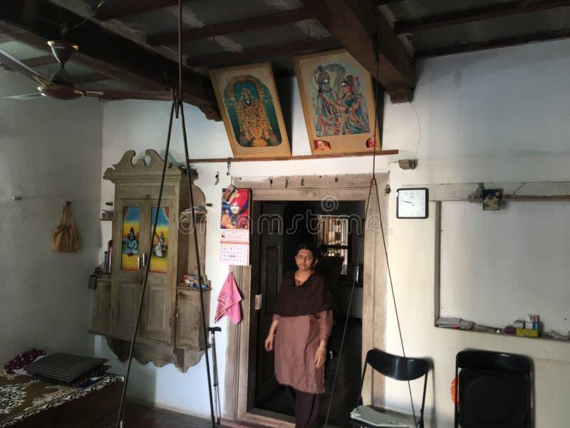 senhora que faz tarefas da manhã no kukadia da casa perto da ÍNDIA de gujarat do sabarkantha de IDAR imagens de stock royalty free