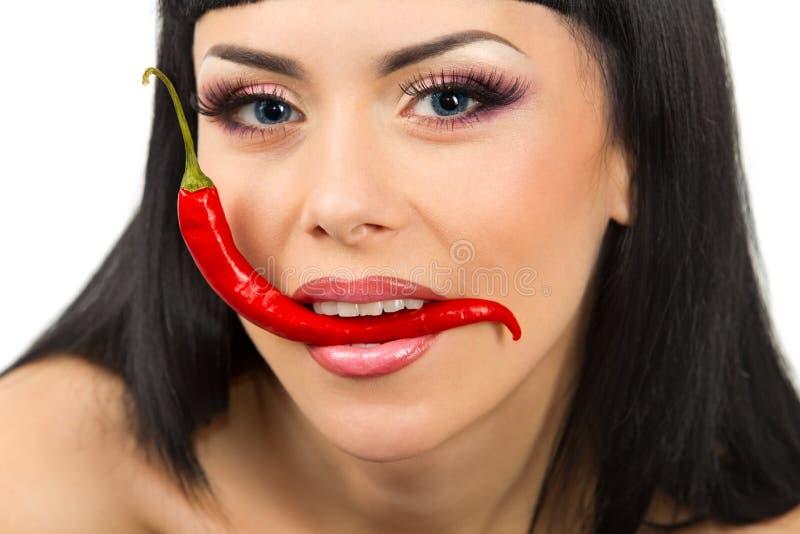 Senhora que prende pimentas de pimentões vermelhos fotografia de stock