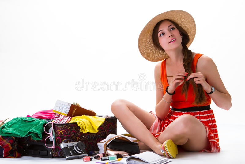 Senhora que senta-se perto da mala de viagem enchida em demasia foto de stock royalty free