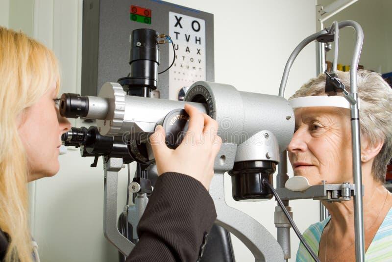 Senhora que tem a examinação do teste do olho foto de stock royalty free