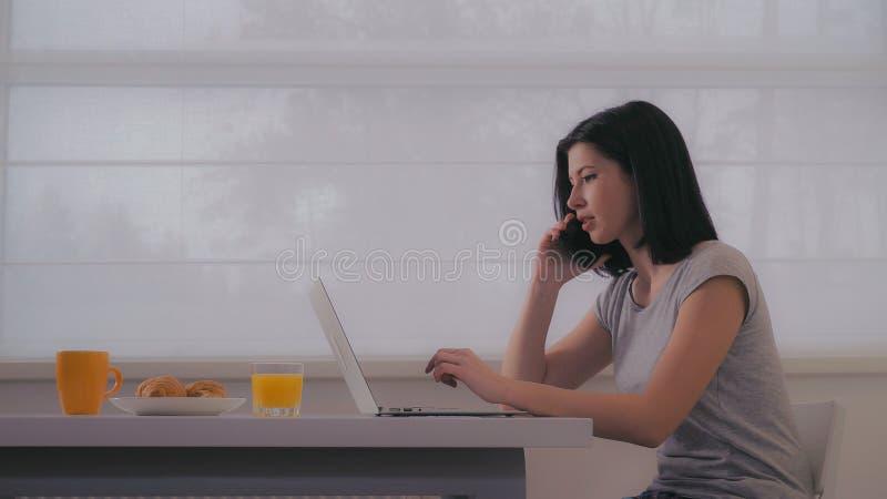 Senhora que usa o smartphone e o PC no plano fotos de stock