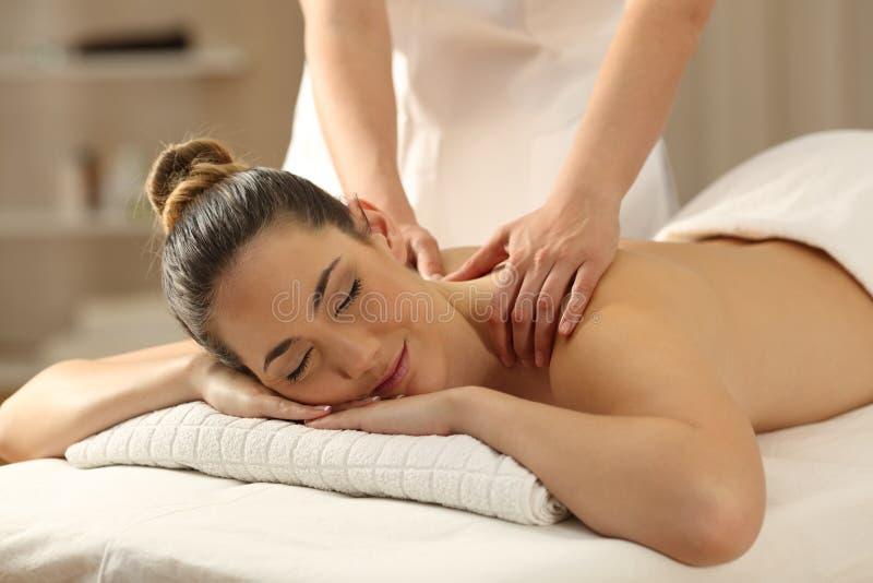 Senhora relaxado que recebe uma massagem em uns termas imagem de stock royalty free