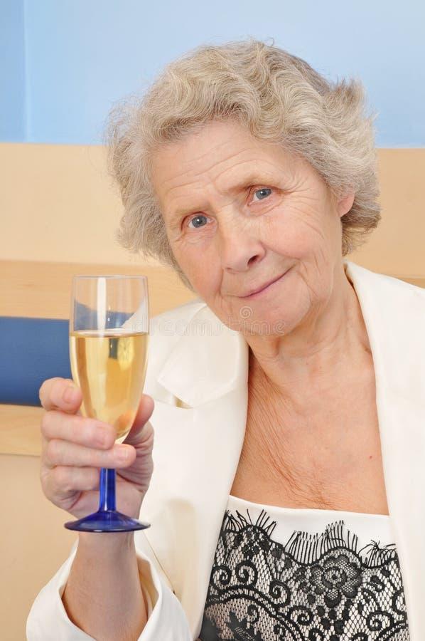 Senhora sênior com o cálice do champanhe foto de stock royalty free
