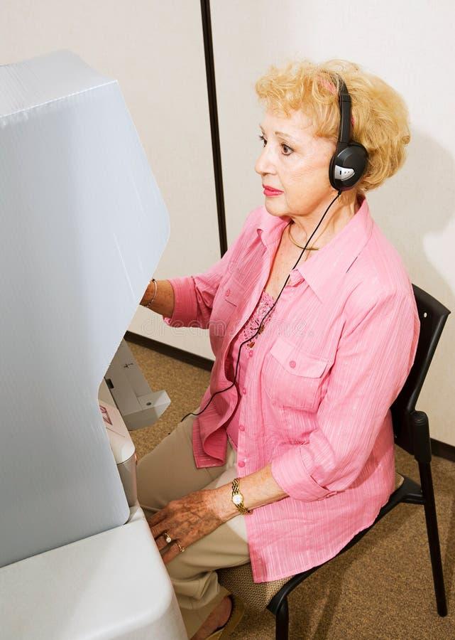 Senhora sênior nas votações imagens de stock