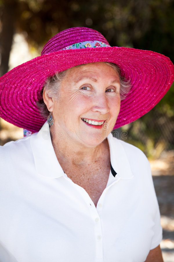 Senhora sênior no chapéu de Sun imagens de stock royalty free