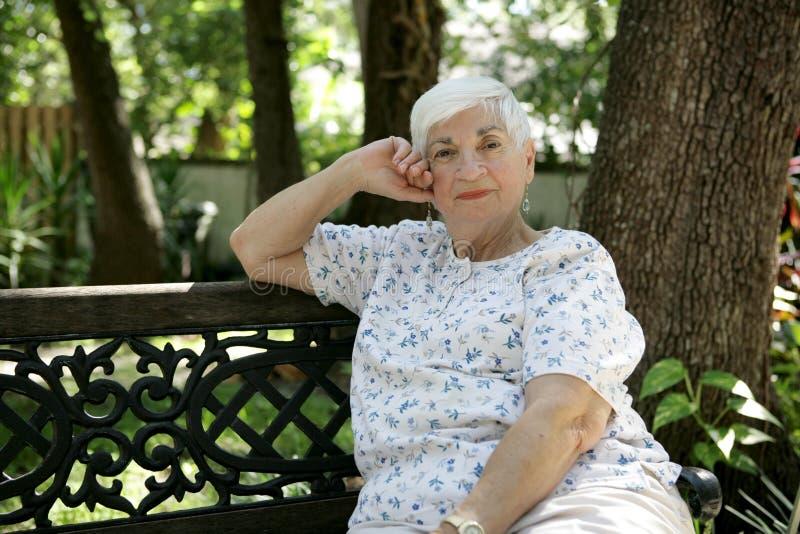 Senhora sênior Relaxamento no parque fotografia de stock royalty free