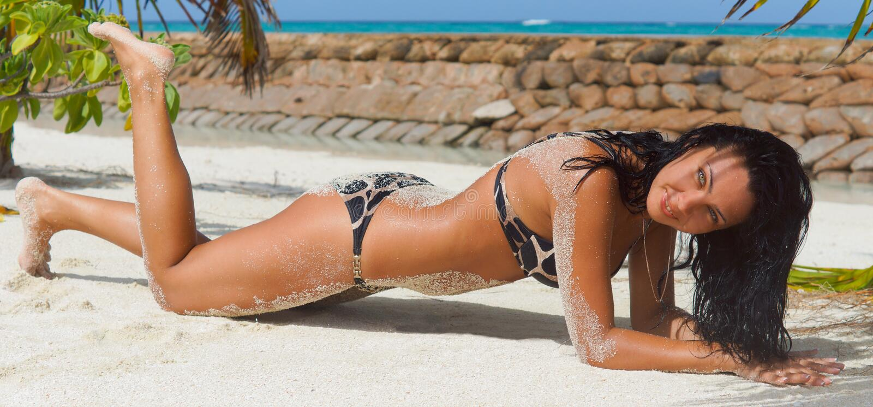 Senhora shapely 'sexy' que suntanning imagens de stock royalty free
