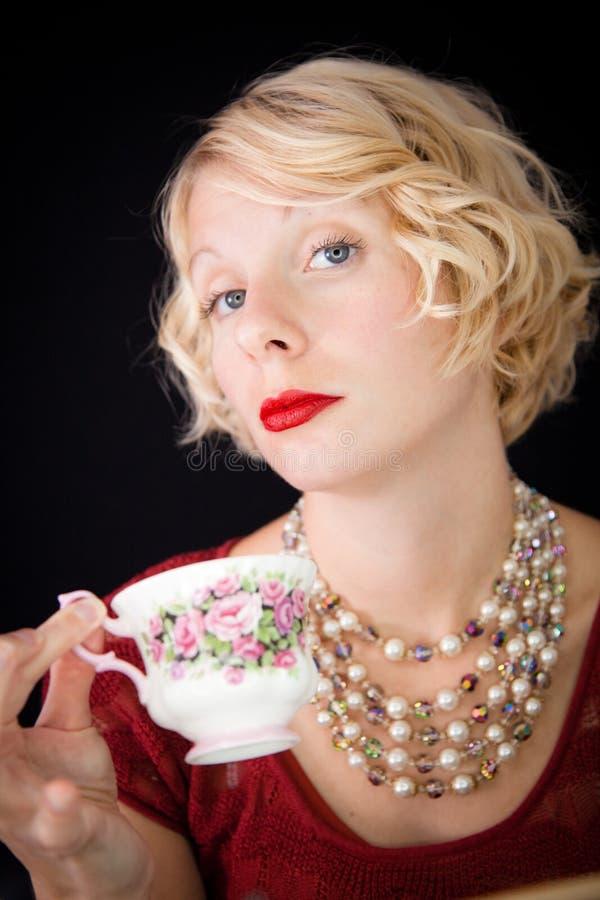 Senhora Snobbish bonita que guardara um copo do chá fotografia de stock
