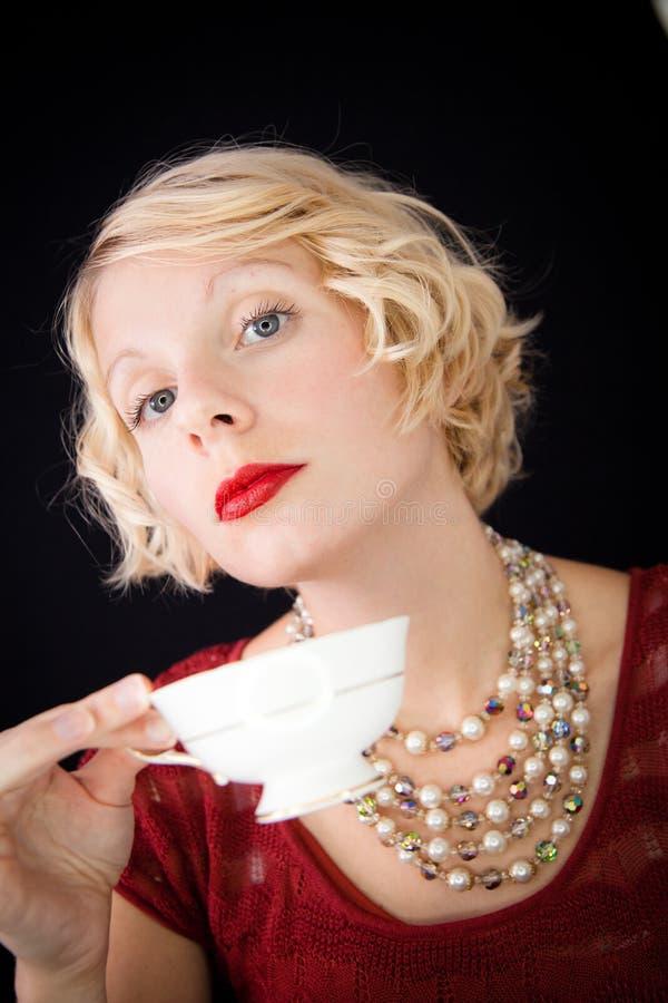 Senhora Snobbish bonita que guardara um copo do chá imagem de stock royalty free