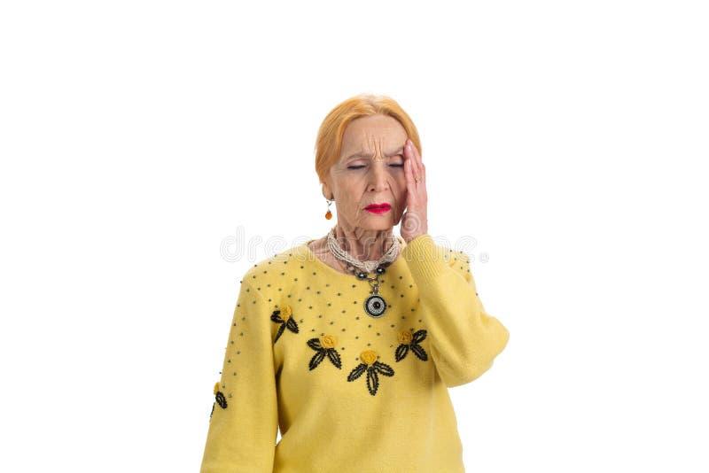 Senhora superior com dor de cabeça isolada foto de stock royalty free