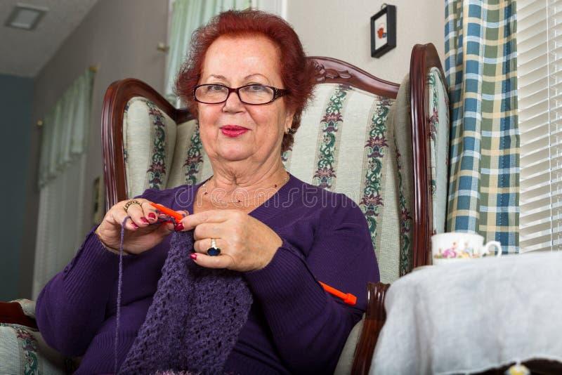 Senhora superior Crocheting imagens de stock royalty free