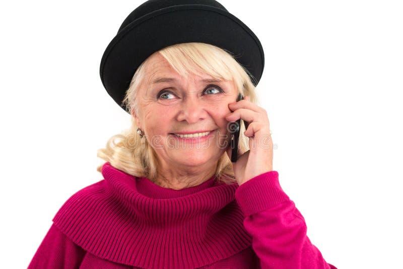Senhora superior de sorriso que guarda o telefone celular fotografia de stock royalty free