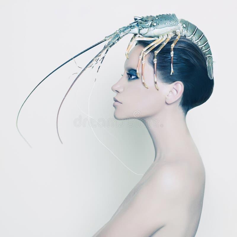 Senhora surreal com a lagosta em sua cabeça fotos de stock royalty free