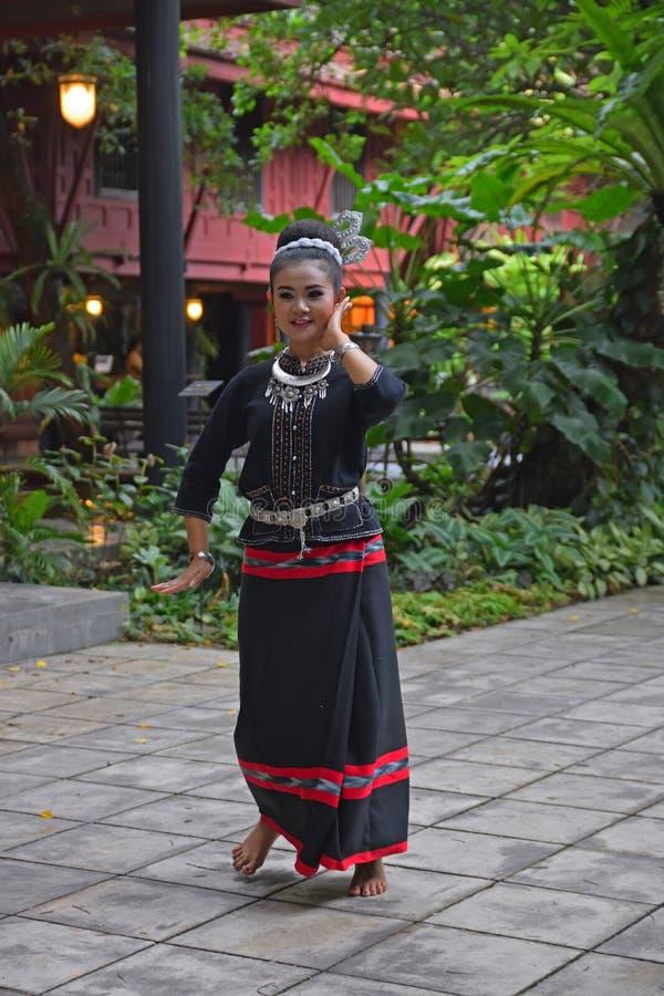 Senhora tailandesa no traje tradicional que faz a dança do folclore em Banguecoque, Tailândia imagens de stock royalty free