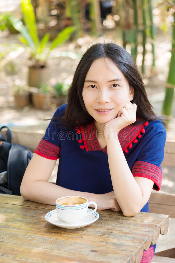 Senhora tailandesa no vestido dos povos de montanha imagens de stock royalty free