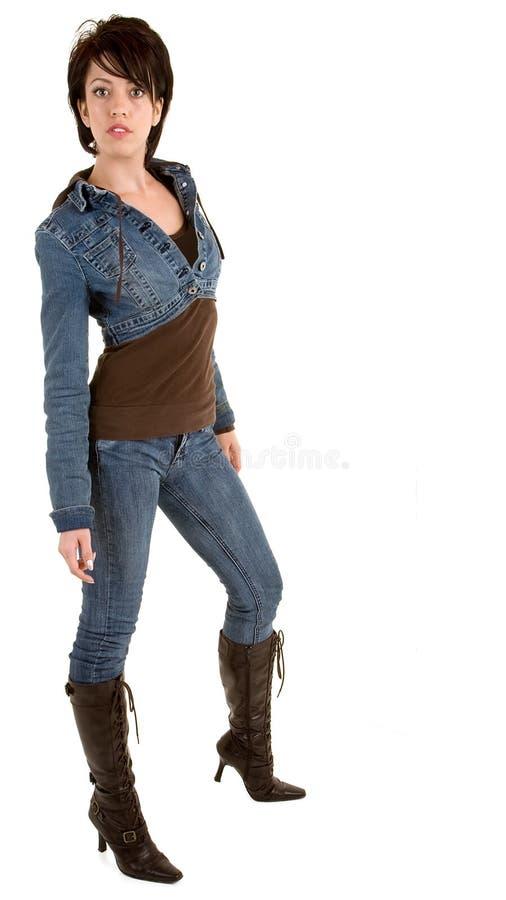 Senhora triguenha atrativa Wearing Calças de brim e carregadores imagens de stock