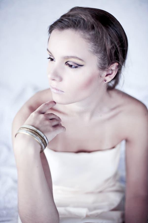 Senhora triguenha nova com acessórios luxuosos fotografia de stock royalty free