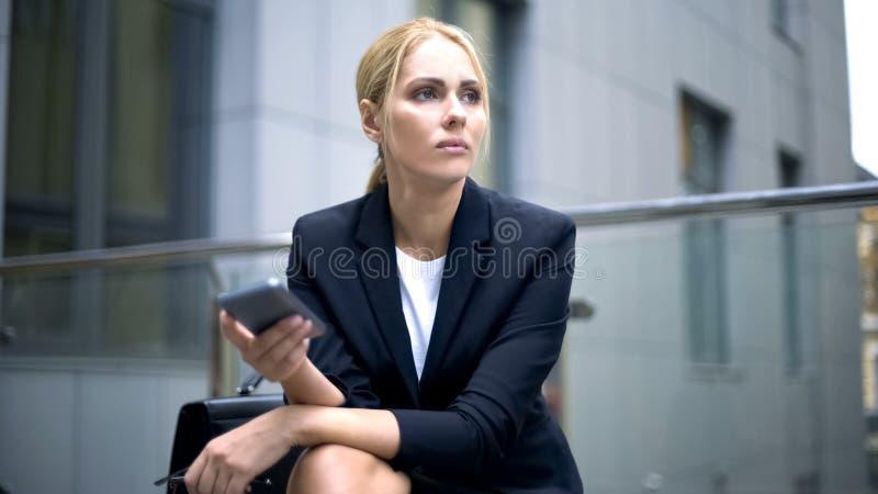 A senhora triste do negócio recebeu a mensagem sobre o contrato falhado, dia mau, falha da carreira fotografia de stock royalty free