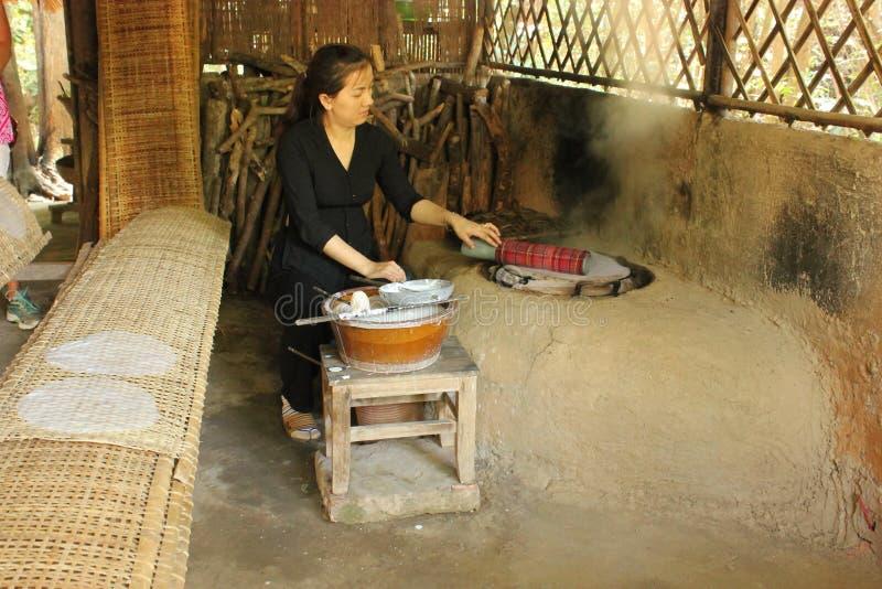 Senhora vietnamiana que cozinha o papel de arroz do tradional, Vietname fotografia de stock