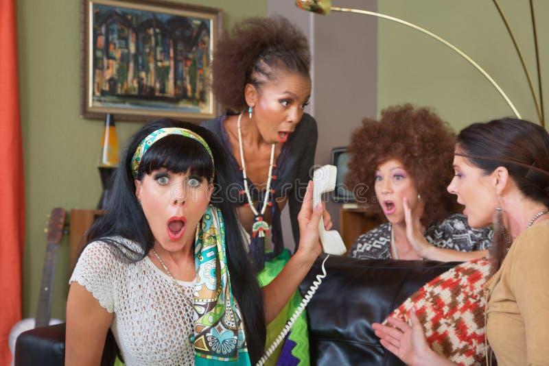 Senhoras chocadas no telefone foto de stock