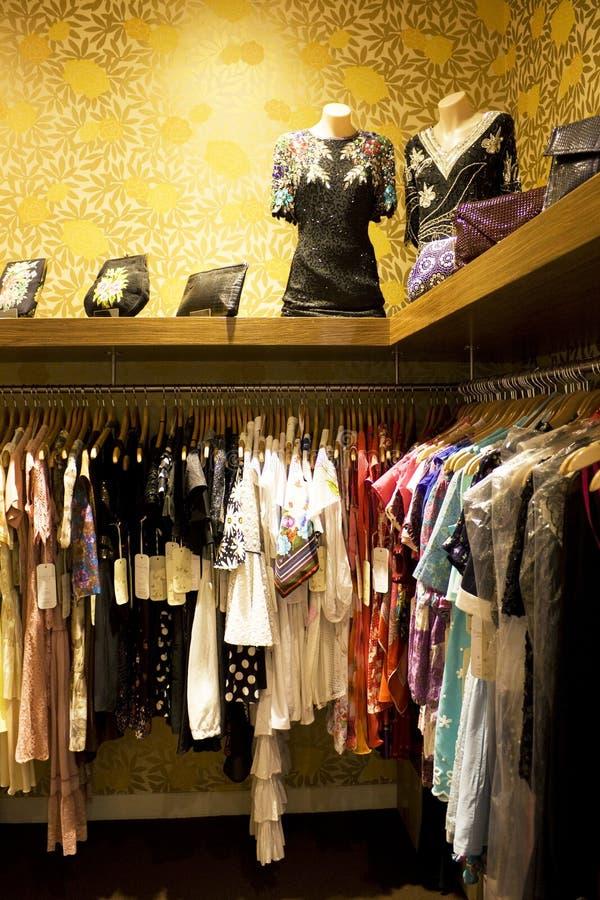 Senhoras do vintage que vestem a loja imagens de stock royalty free