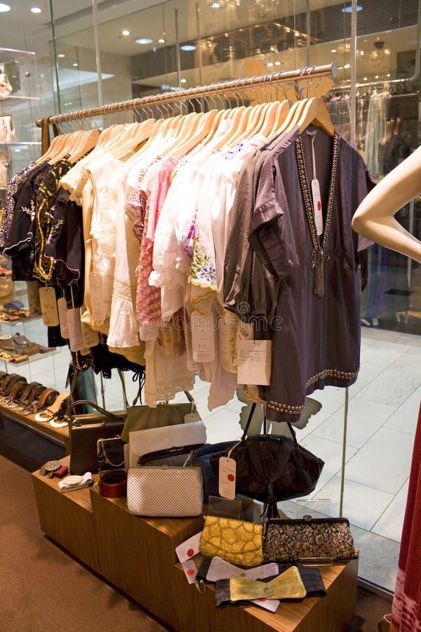 Senhoras do vintage que vestem-se e loja dos acessórios fotos de stock royalty free