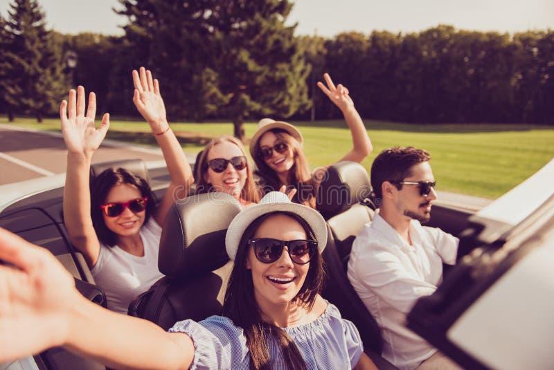 Senhoras e motorista do indivíduo, amigas dos chiques com expres espalhados dos braços imagens de stock royalty free