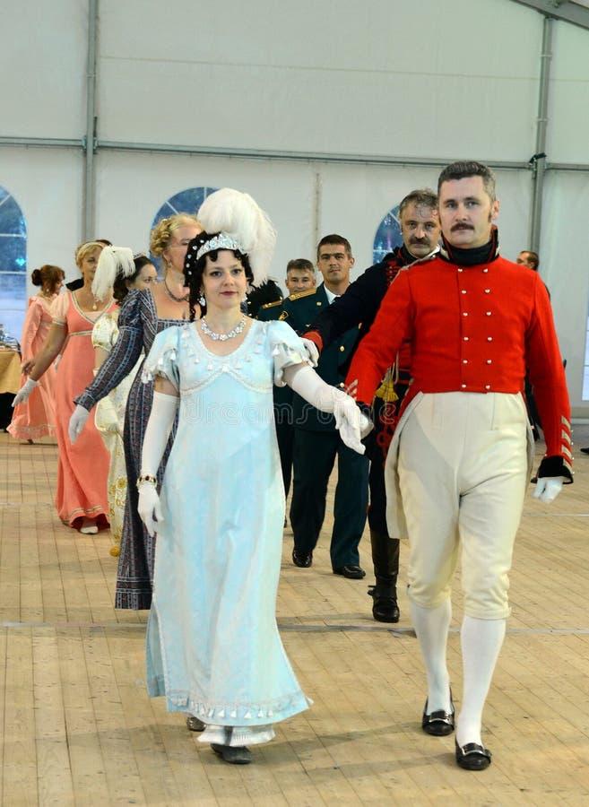Senhoras e senhores deputados em ternos do salão de baile do século XIX na bola do ` s do oficial imagens de stock royalty free