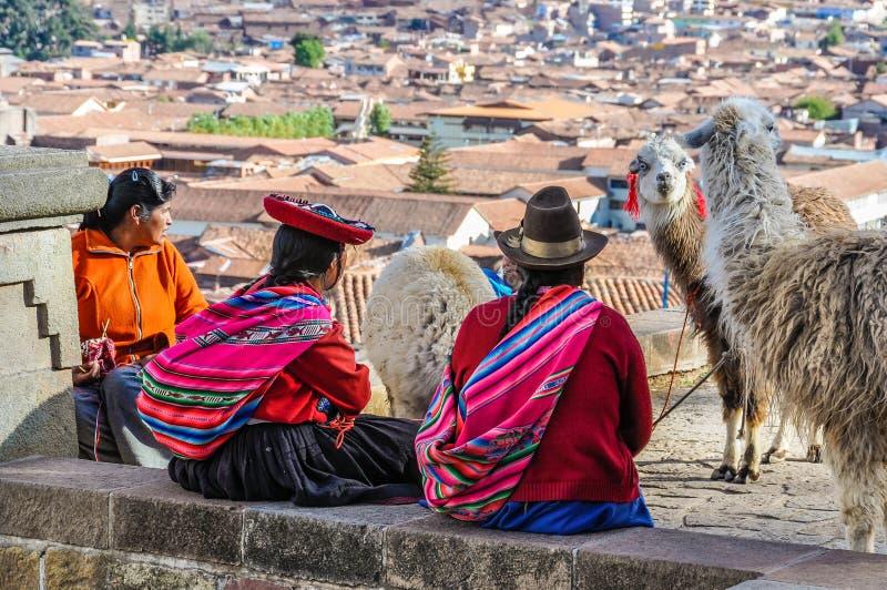 Senhoras idosas com as Lamas em Cusco, Peru imagem de stock royalty free