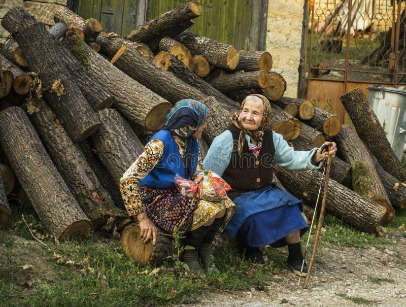 Senhoras mais idosas, avó na vila com fundo de madeira fotografia de stock