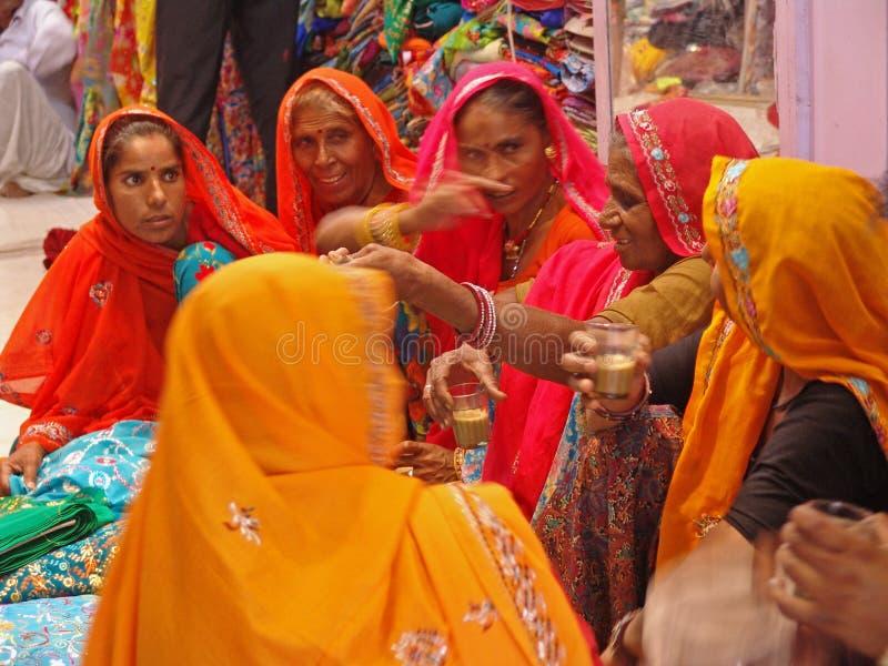 Senhoras no camelo justo, Jaisalmer, India fotografia de stock royalty free