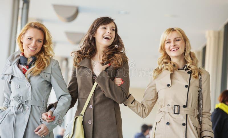 Senhoras que andam durante o dia de mola imagem de stock royalty free
