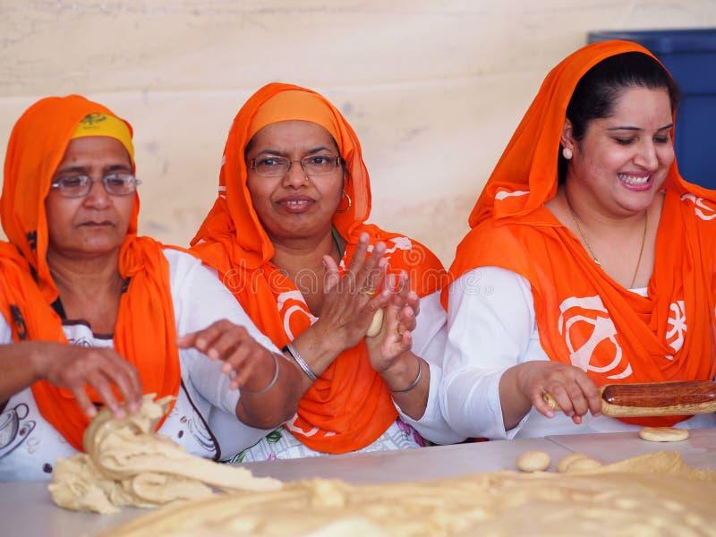 Senhoras sikh que fazem o pão e que comemoram Vaisakhi imagens de stock royalty free
