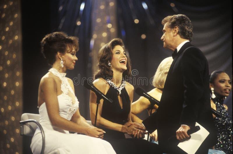 Senhorita America Pageant Being dos concorrentes em 1994 cumprimentado por Regis Philbin, Atlantic City, New-jersey foto de stock royalty free