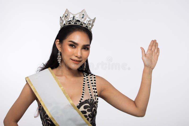 A senhorita Pageant Contest em nivelar o vestido de bola longo do vestido de bola com Diamond Crown, forma compõe o penteado imagem de stock
