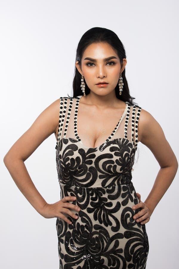 A senhorita Pageant Contest em nivelar o vestido de bola longo do vestido de bola com Diamond Crown, forma compõe o penteado imagens de stock