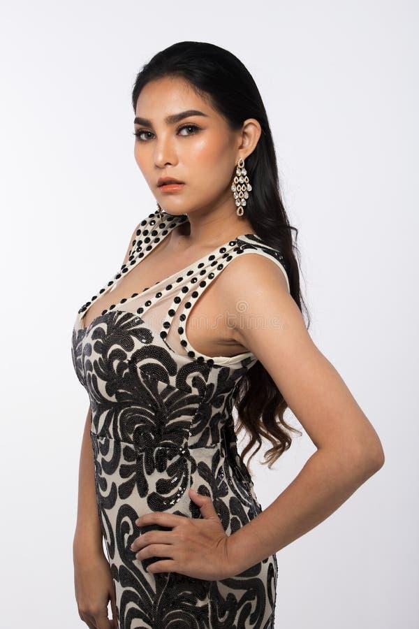 A senhorita Pageant Contest em nivelar o vestido de bola longo do vestido de bola com Diamond Crown, forma compõe o penteado imagem de stock royalty free