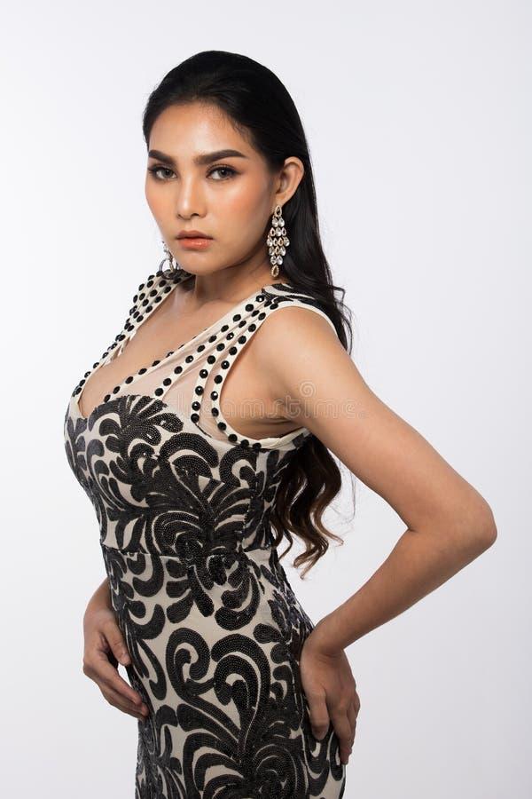 A senhorita Pageant Contest em nivelar o vestido de bola longo do vestido de bola com Diamond Crown, forma compõe o penteado foto de stock royalty free