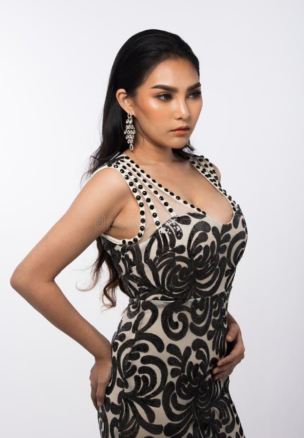 A senhorita Pageant Contest em nivelar o vestido de bola longo do vestido de bola com Diamond Crown, forma compõe o penteado imagens de stock royalty free