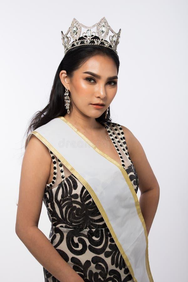 A senhorita Pageant Contest em nivelar o vestido de bola longo do vestido de bola com Diamond Crown, forma compõe o penteado fotografia de stock royalty free