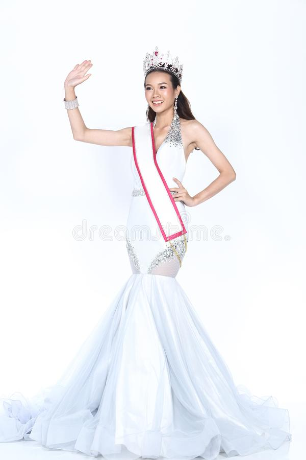 Senhorita Pageant Contest no vestido de bola longo do vestido de bola da noite com D fotografia de stock royalty free