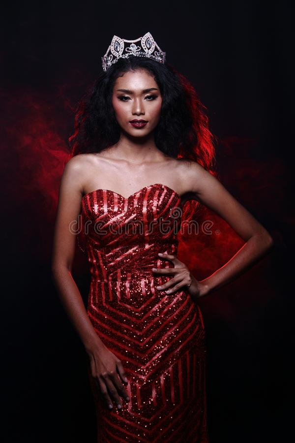 Senhorita Pageant Contest no vestido de bola longo do vestido de bola da noite com D foto de stock