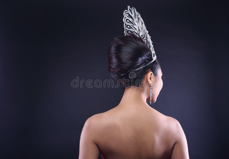 Senhorita Pageant Contest no vestido do vestido de bola da noite com Diamond Cro imagem de stock