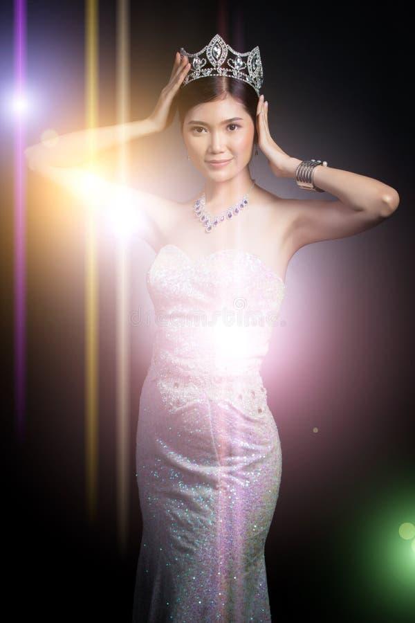 Senhorita Pageant Contest no vestido do vestido de bola da noite com Diamond Cro foto de stock royalty free
