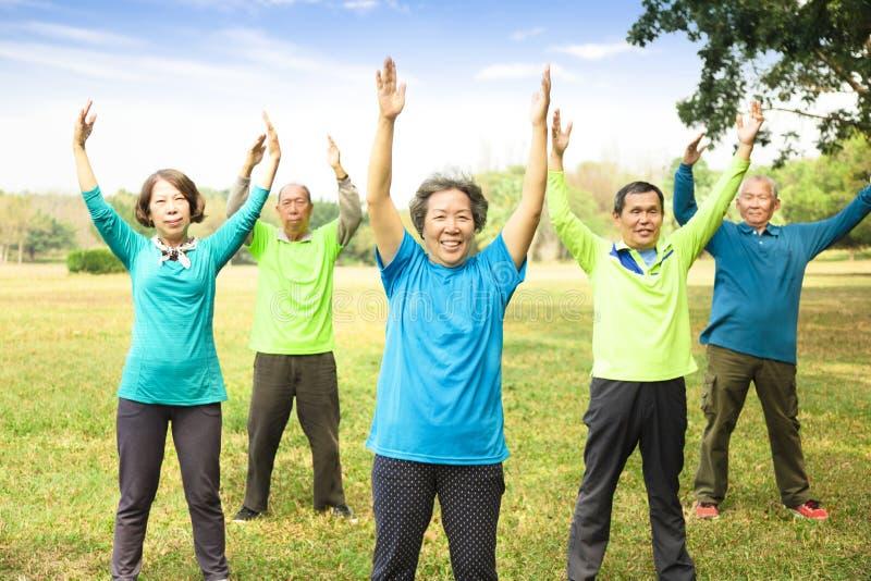 Seniorów przyjaciół Grupowy ćwiczenie i mieć zabawa zdjęcia royalty free