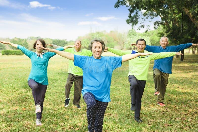 Seniorów przyjaciół Grupowy ćwiczenie i mieć zabawa obrazy royalty free
